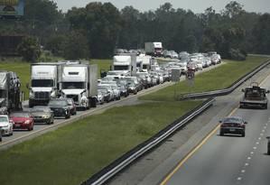 Trânsito toma rodovia na Flórida enquanto muitas pessoas deixavam suas cidades para fugir do furacão Irma Foto: Stephen M. Dowell / AP
