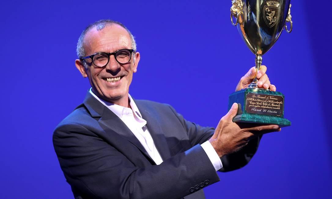 """Kamel El Basha com o Coppa Volpi de melhor ator por """"The insult"""" Foto: ALESSANDRO BIANCHI / REUTERS"""