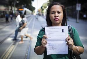 Caminhadas diárias. Sem emprego, Clariana Bozeggia percorre as ruas do Centro do Rio entregando currículos Foto: Fernando Lemos / Fernando Lemos