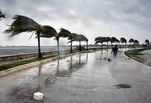 Homem caminha em meio aos fortes ventos após a passagem do furacão Irma na província de Villa Clara, 330km ao leste de Havana, em Cuba Foto: ADALBERTO ROQUE / AFP