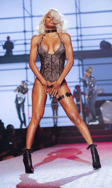 Adriana Lima estava na passarela. Irina Shayk também. Mas quem brilhou no desfile de Philipp Plein, na semana de moda de Nova York, foi a cantora Teyana Taylor, de 26 anos. Ela fez uma performance com um look abusado e acabou revelando, num determinado momento, o adesivo de proteção de seios EDUARDO MUNOZ ALVAREZ / AFP