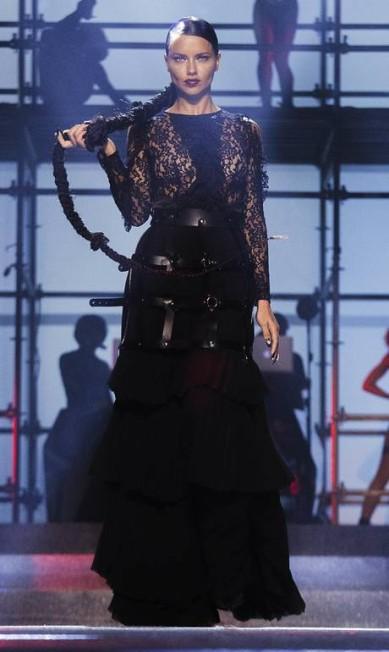 Adriana Lima com trança gigante na passarela Andres Kudacki / AP