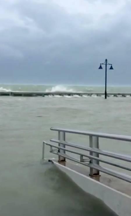Fortes ondas tomaram as calçadas em Key West Foto: SOCIAL MEDIA / REUTERS