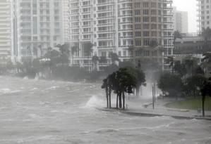 Onda toma as ruas de Biscayne Bay, em Miami Foto: Wilfredo Lee / AP