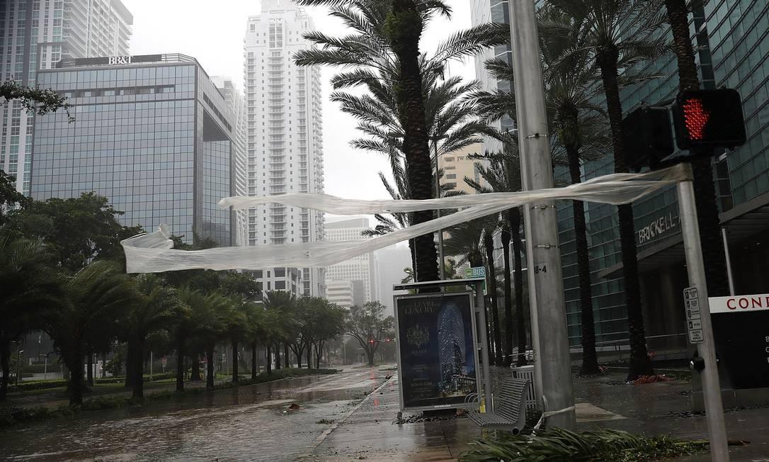 Ruas de Miami ficaram alagadas Foto: JOE RAEDLE / AFP