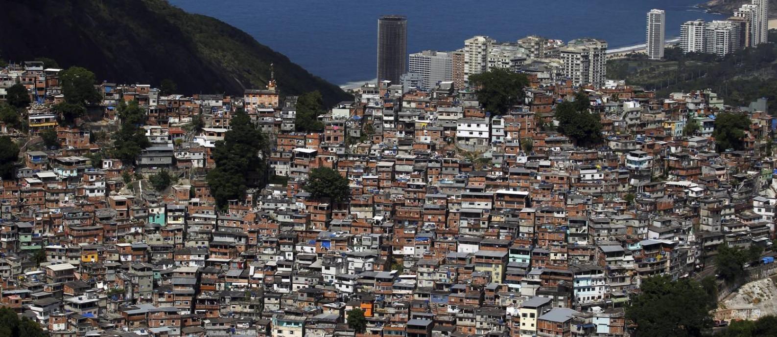 Multidão excluída. A Rocinha, uma das maiores comunidades da América Latina, aparece no mapa apenas com algumas ruas, cercadas por áreas verdes. A revista da Riotur, no entanto, tem ofertas de passeios pelas favelas cariocas Foto: Custódio Coimbra / Agência O Globo