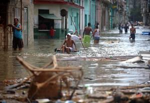 Ruas alagadas em Havana após passagem de furacão Irma pelo Caribe Foto: YAMIL LAGE / AFP