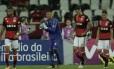Diego Alves tenta motivar companheiros em derrota para o Botafogo