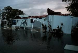 Casa fica gravemente danificada por furacão Irma em Bonita Springs, na Flórida Foto: BRYAN WOOLSTON / REUTERS