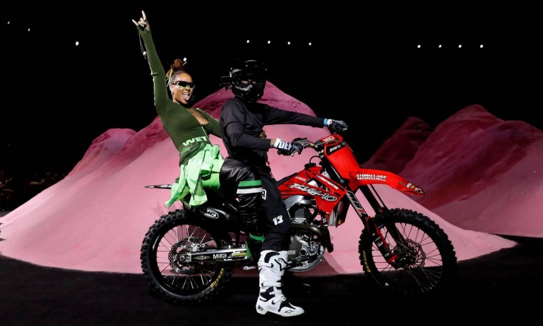 O universo do motocross foi a inspiração de Rihanna para a coleção primavera/verão 2018 da Fenty x Puma, que se apresentou na semana de moda de Nova York BRENDAN MCDERMID / REUTERS
