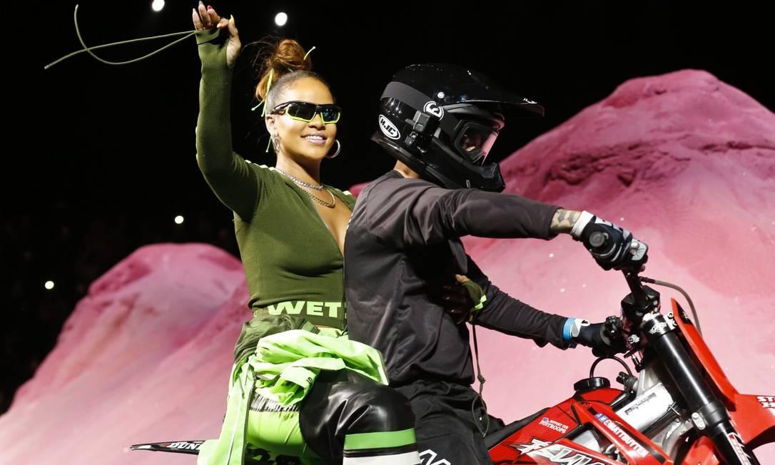 A cantora, inclusive, subiu numa das motos que fizeram acrobacias durante o desfile Bebeto Matthews / AP