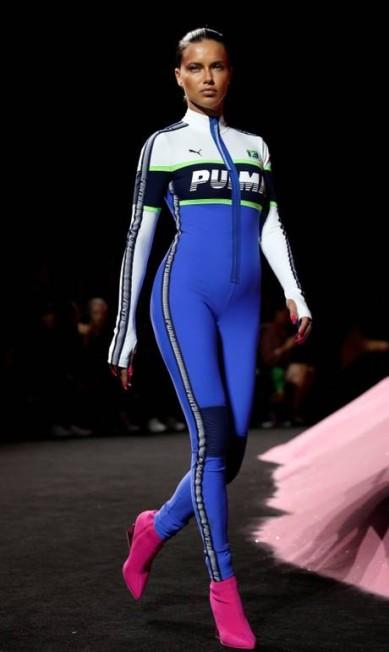 A supermodelo Adriana Lima na passarela da Fenty x Puma BRENDAN MCDERMID / REUTERS