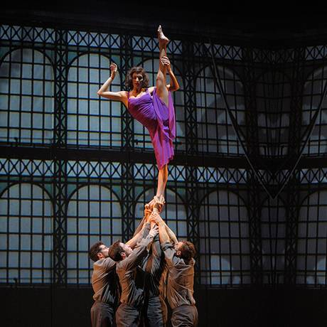 Companhia canadense Cirque Éloize, e o mundo teatral com'Cirkopolis' Foto: Divulgação/Patrick Lazic