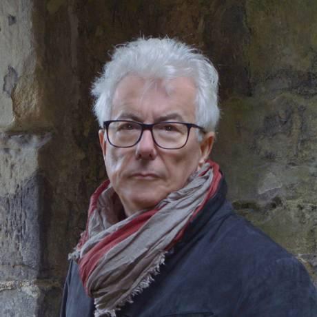 O escritor britânico Ken Follett nas ruínas do castelo Loch Leven, onde Maria Stuart, Rainha da Escócia, ficou presa Foto: Olivier Favre / Divulgação