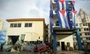 Danos são vistos perto de bandeira cubana após passagem do furacão Irma, em Havana Foto: ALEXANDRE MENEGHINI / REUTERS