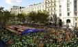 Manifestantes levam bandeira catalã pró-independência, durante manifestação em Barcelona