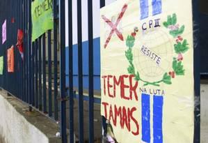Protesto. Portão fechado durante a ocupação da unidade São Cristóvão Foto: Fábio Guimarães / Agência O Globo 05-11-2016