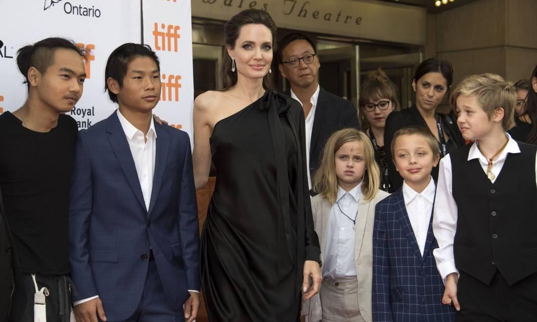 """Depois de aparecer com alguns dos filhos na estreia de uma animação em Toronto, Angelina Jolie, na noite de segunda-feira, levou toda a prole (leia-se, os seis filhos) para a exibição """"First they Killed my Father"""", no festival de cinema de Toronto VALERIE MACON / AFP"""