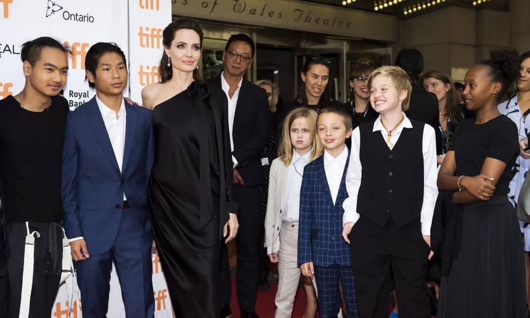Da esquerda para a direita, a família completa: Maddox (16 anos), Pax (13), Angelina, Vivienne (9), Knox (9), Shiloh (11) e Zahara (12) Nathan Denette / AP