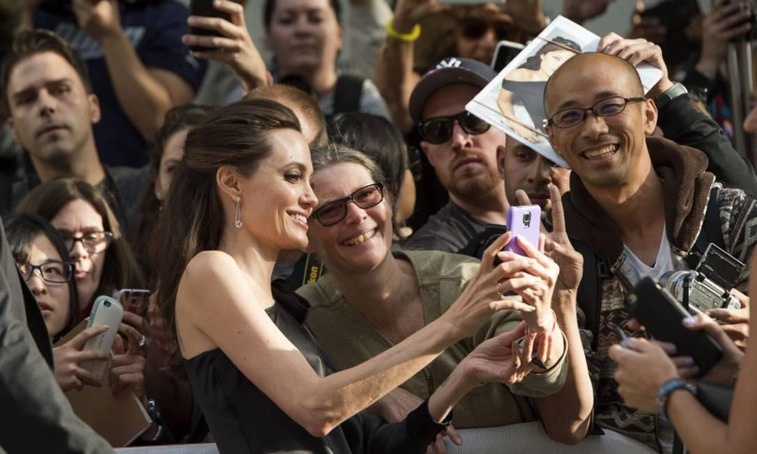 Angelina Jolie foi extremamente solícita com os fãs VALERIE MACON / AFP