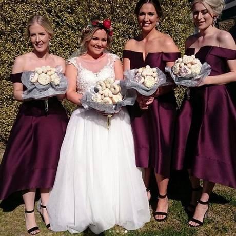Noiva e madrinhas seguraram buquês de rosquinhas em casamento Foto: Instagram (Dessert Boxes)/Reprodução
