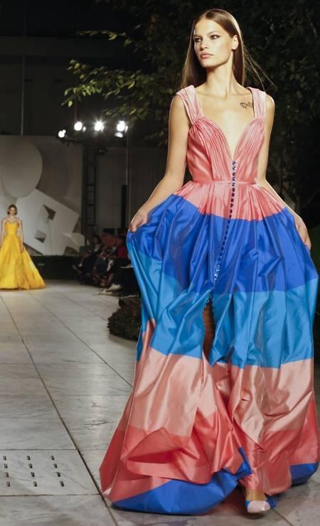 4e7bf2251caae Um verão multicolorido. Esta foi a aposta de Carolina Herrera para sua  coleção primavera