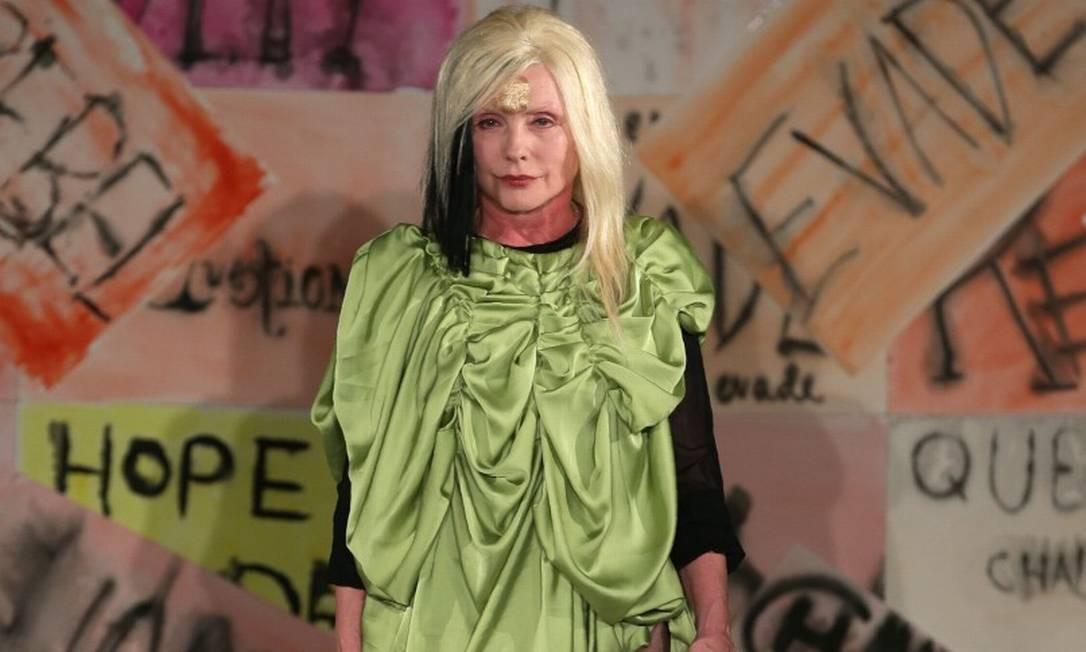 Lembra de Debbie Harry, que fez o maior sucesso como vocalista do Blondie, nos final dos anos 70 e início dos 80? Pois ela saiu de casa para ser de modelo por um dia na última segunda-feira, em Londres DANIEL LEAL-OLIVAS / AFP