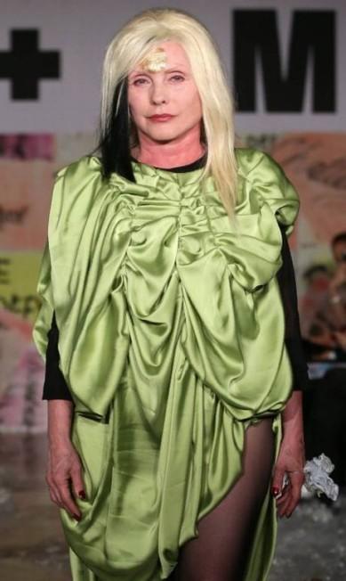 Debbie Harry, hoje com 72 anos, desfilou para a VIN + OMI, numa apresentação que marca o início da semana de moda da capital inglesa DANIEL LEAL-OLIVAS / AFP