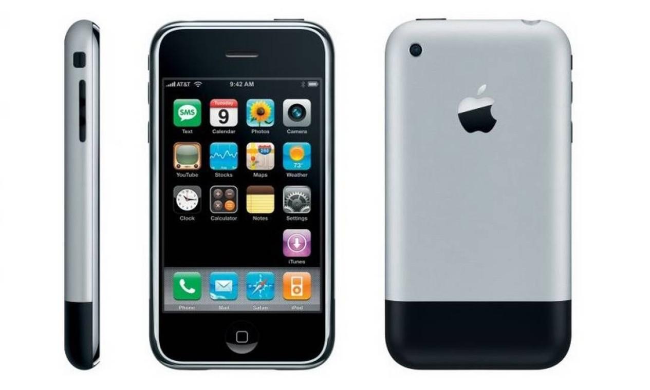 iPhone (2007) - O iPhone original foi anunciado em 9 de janeiro de 2007 e chegou às lojas dos Estados Unidos em 29 de junho do mesmo ano, apresentando características inovadoras para a época, como tela de 3,5 polegadas com suporte a toques múltiplos. O primeiro iPhone trazia modelos com 4 GB e 8 GB de espaço interno para armazenamento e eram vendidos por US$ 499 e US$ 599, respectivamente Foto: Divulgação / Apple