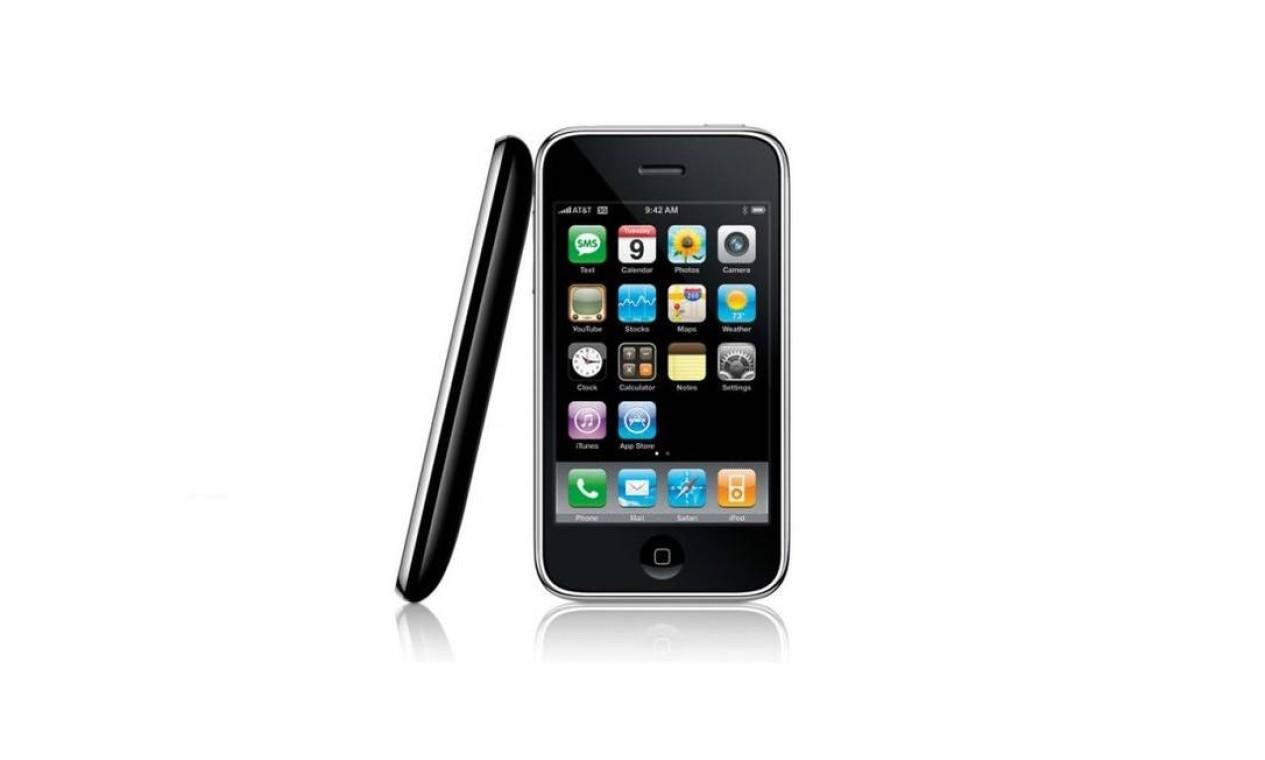 iPhone 3G (2008) - O segundo modelo do smartphone da companhia e começou a ser vendido em 11 de julho de 2008, em dois modelos, de 8 GB e de 16 GB. Pela primeira vez, os consumidores poderiam escolher entre um aparelho preto ou branco Foto: Divulgação / Apple