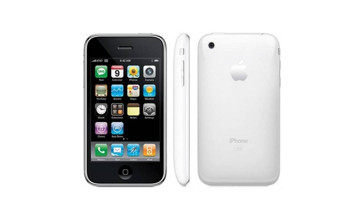iPhone 3GS (2009) - A terceira geração do iPhone chegou às lojas dos EUA em 19 de junho de 2009. Pela primeira vez, a Apple trazia uma câmera com maior resolução e também um desempenho aprimorado na capacidade de download através do aparelho Foto: Divulgação / Apple