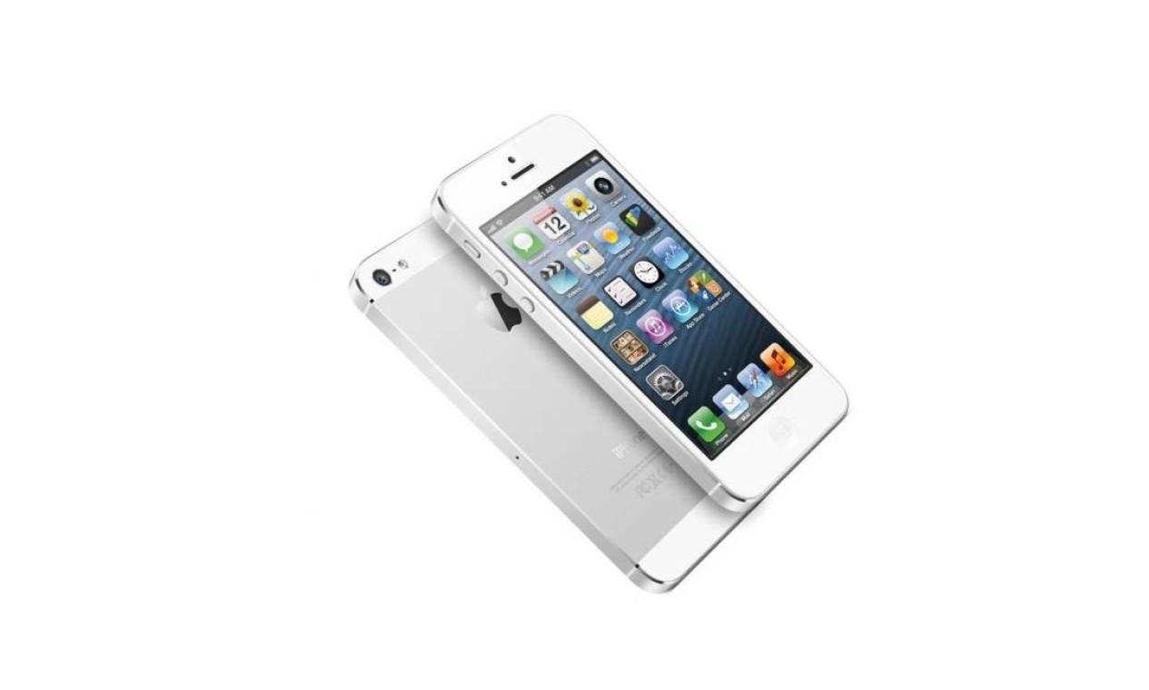 iPhone 5 (2012) - Começou a ser vendido em setembro daquele ano, apresentando novos detalhes físicos que o diferenciavam de seus predecessores imediatos, como tela maior (de 4 polegadas), novo posicionamento da câmera frontal e também bordas que acompanham a cor principal do aparelho Foto: Divulgação / Apple