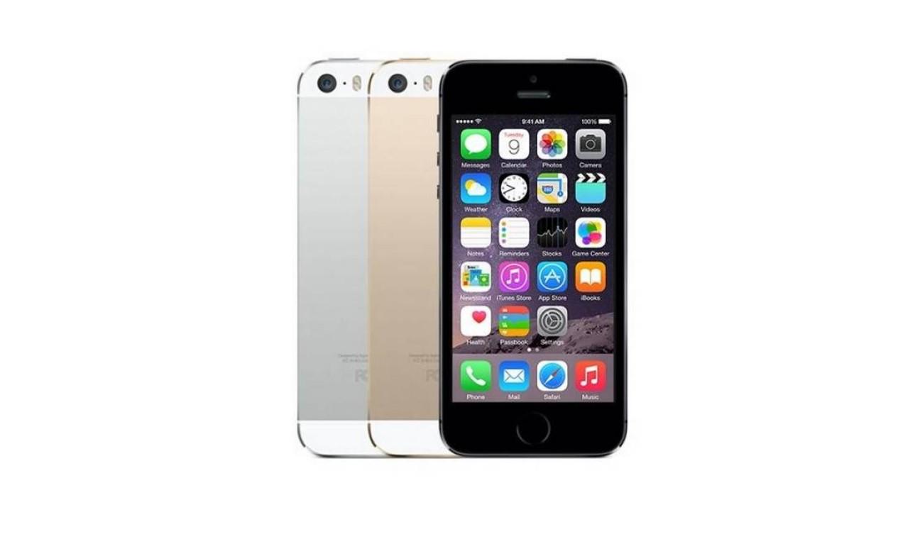 iPhone 5S (2013) - O modelo 5S é semelhante fisicamente ao seu antecessor, mas marca a estreia de um novo botão Home e apresenta edições com novas cores e novos detalhes nas bordas Foto: Divulgação / Apple