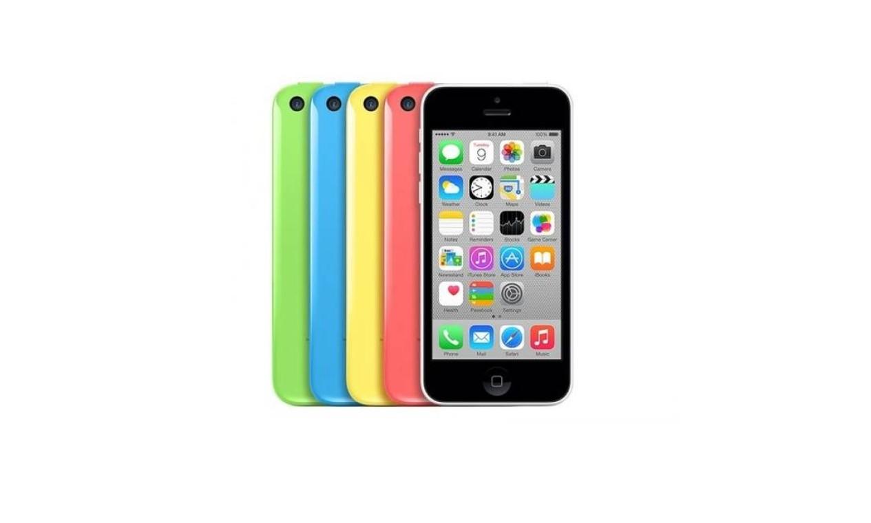 """iPhone 5C (2013) - Lançado junto com o iPhone 5S, o 5C é a primeira incursão da Apple no mercado intermediário de smartphones. Essencialmente, o aparelho é uma atualização do iPhone 5 e está disponível a preços inferiores ao seu """"irmão maior"""", o 5S. Além disso, ele apresenta um novo padrão de cores, com cinco opções diferentes: branco, verde, azul, rosa e amarelo Foto: Apple"""