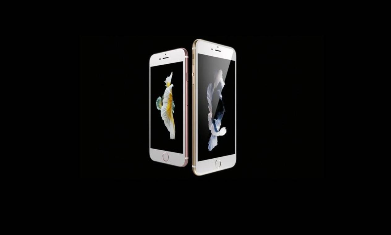 """iPhone 6S e 6S Plus (2015): em setembrio daquele ano a Apple lançou os novos modelos do smartphone com a nova opção de cor, chamada de """"ouro rosê"""". Outra novidade adicionada foi o 3D touch, sensor na tela que permite realizar tarefas diretos nos ícones dos apps, e a qualidade da câmera principal, que passou a ter 12MP e melhorias nas gravações de vídeos Foto: Divulgação / Apple"""