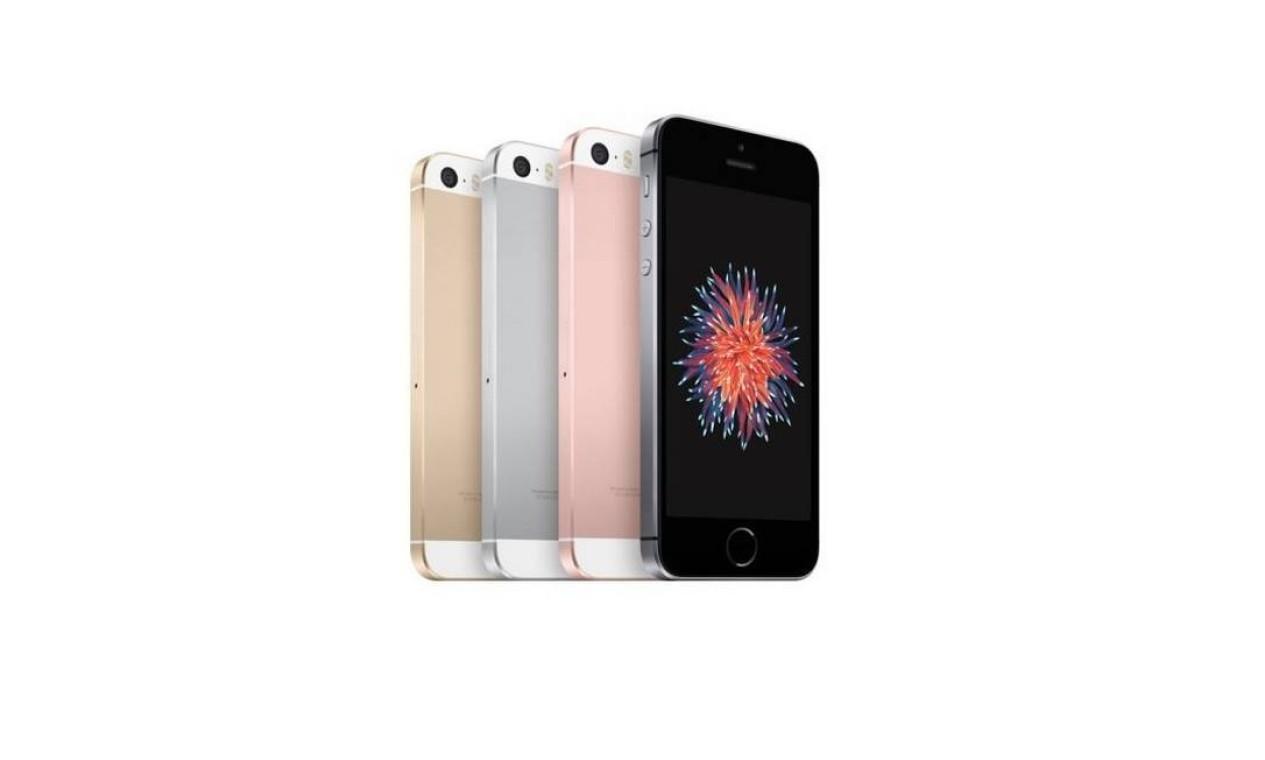 """iPhone SE (2016): lançado em março, este aparelho foi desenvolvido para ser uma versão """"mais barata"""" e torná-lo acessível para mais pessoas. O aparelho possui as bordas retas, como os outros iPhones lançados anteriormente aos modelos 6, telas de 4 polegadas e opções de traseira dourada, prateada, ouro rosê e cinza espacial Foto: Divulgação / Apple"""