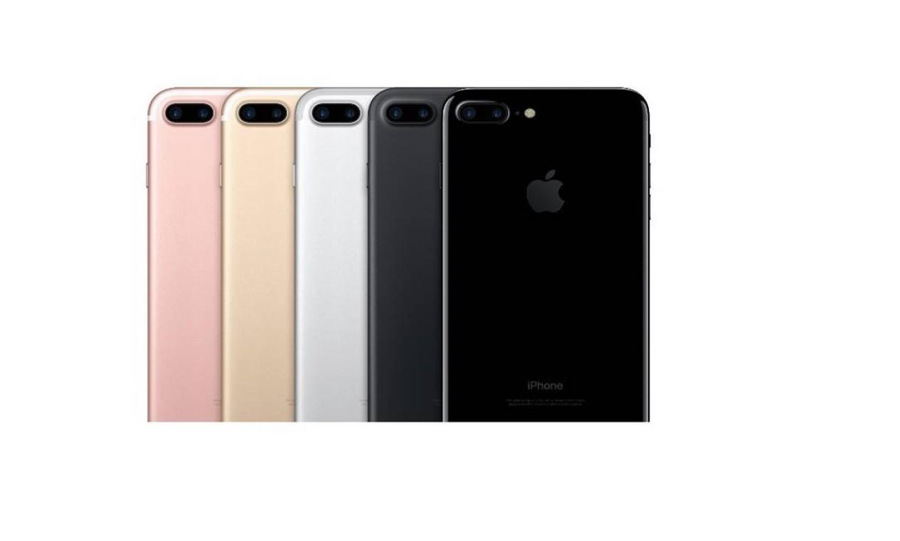 iPhone 7 e 7 Plus (2016): os modelos, apresentados em setembro daquele ano, não possuem muitas diferenças às gerações anteriores. Uma das maiores novidades é a eliminação dos conectores de fones de ouvido, que passaram a funcionar por meio da conexão Lightning, sem fio. Novas cores foram adicionadas nas opções, disponível nas opções preto matte e preto brilhante, além das já existentes Foto: Divulgação / Apple