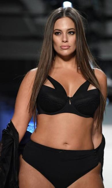 "Ashley Graham foi a primeira modelo plus size a estampar uma capa da famosa revista ""Sports Illustrated"" ANGELA WEISS / AFP"
