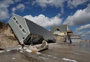 Moradores observam casa colapsada na costa de Vilano Beach após passagem do furacão Irma Foto: CHRIS WATTIE / REUTERS