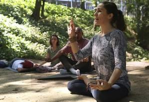A instrutora de ioga Elisa Gomes, a Lalita, ensina posição para a meditação durante o encontro Foto: Agência O Globo / Fernando Lemos