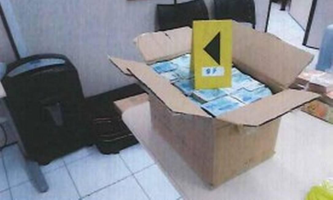 Agentes da PF levaram cerca de 14 horas para contar o dinheiro. Foram usadas sete máquinas Foto: Reprodução/PF