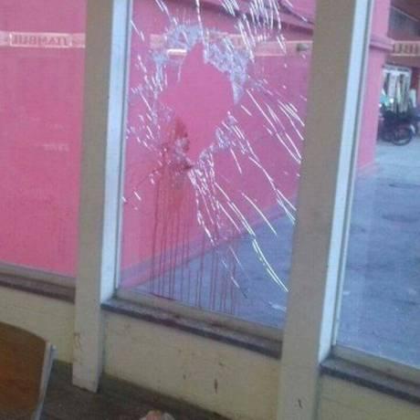 Criança e mulher foram baleadas dentro dosupermercado Foto: OTT-RJ