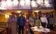 Equipe. Francisca Alda, a Chiquita (de verde) e Josimar Soares (de xadrez azul) comandam o restaurante Barraca da Chiquita, em Copacabana