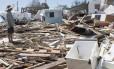 Morador avalia os danos causados ao trailer onde vivia no que sobrou do Seabreeze Trailer Park em Islamorada, nas Florida Keys, após passagem do furacão Irma