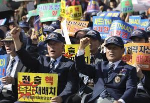 Veteranos sul-coreanos se manifestam contra as ameaças nucleares da Coreia do Norte em Seul, pedindo reforço na aliança com os EUA Foto: Lee Jin-man / AP