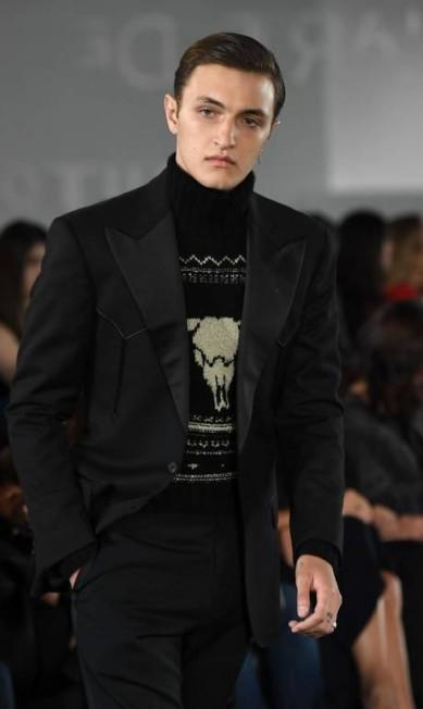 Anwar Hadid, irmão de Bella e Gigi, fez sua estreia nesta edição da semana de moda ANGELA WEISS / AFP