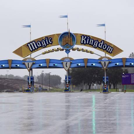 Os portões do Magic Kingdom, no Walt Disney World, fechados durante a passagem do Irma pela Flórida Foto: AP / John Raoux/10.9.2017
