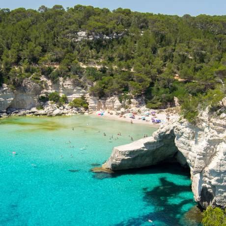 Com águas calmas e rasas a praia Cala Mitjana, em Menorca, nas Ilhas Baleares, tem cavernas e rochedos que podem ser explorados de snorkel Foto: AP / Albert Stumm