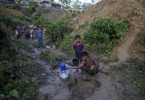 Um rohingya, que fugiu do Mianmar, coleta água da chuva em uma campo de refugiados em Balukhali, Bangladesh Foto: Dar Yasin / AP