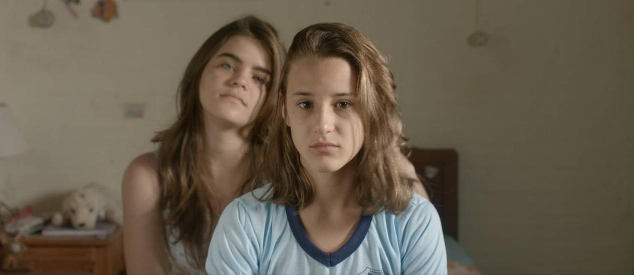 Em primeiro plano, Priscila Bittencourt, que em 'As duas Irenes' vai atrás de sua meia-irmã, encarnada por Isabela Torres Foto: Divulgação